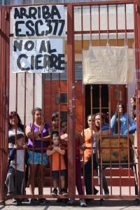 Estudiantes y miembros de la comunidad en frente a la Escuela Santo Domingo de Guzmán. Foto: Cerro Navia cierra sus colegios
