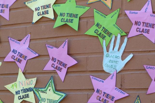 Mapa de estrellas con el nombre de los niños sin plaza en el colegio Arcipreste de Hita. Foto: L.O./El Diario