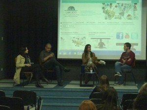 De la izquierda la derecha, Giovanna Modé, Alyson Montrezol, Camilla Croso, y Gustavo Paiva, de la ONG Ação Educativa, quien moderó el debate. Foto: Maria Falcão/Ação Educativa