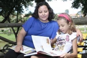 Ideología hegemónica en favor de la educación privada: Márcia matriculó su hija en una escuela pública debido al material didáctico privado que se utiliza en el centro. Foto: Estadão